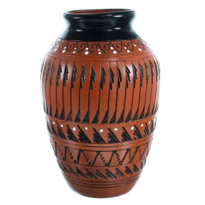 Navajo Hand Crafted Pot By Navajo Artist Shelly Watchman RX110347